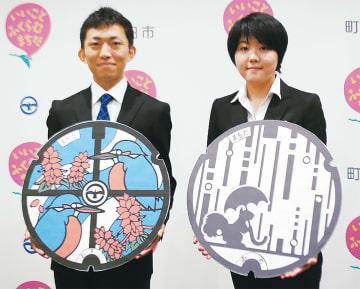 受賞作品を手にする中尾さん(左)と吉田さん