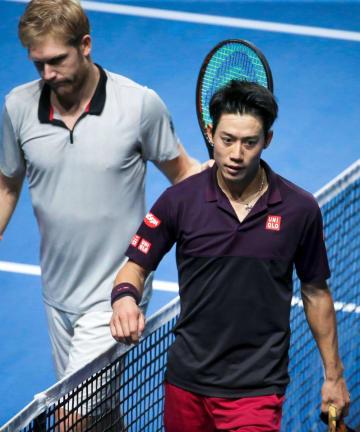 シングルス準決勝でマティアス・バヒンガー(左)に敗れた錦織圭=メッス(共同)