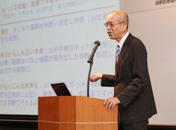「明日の医療と福祉」と題し講演する外副学長=長崎新聞文化ホール・アストピア