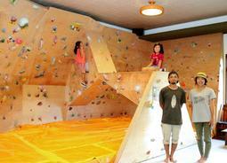 ボルダリングを楽しめる施設を開設した前田敦司さん(右から2人目)=豊岡市日高町名色