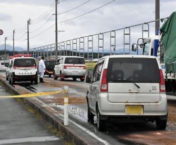 男女4人が死亡した事故を起こした乗用車4台のうちの1台(手前右)。事故の影響で現場周辺が渋滞した=22日午前9時50分ごろ、つがる市森田町(画像を一部加工しています)