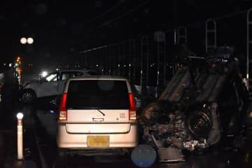 乗用車4台が衝突し男女4人が死亡した事故現場=22日午前4時ごろ、つがる市森田町(画像を一部加工しています)