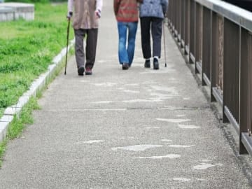 BIGLOBEはが「年齢に関する意識調査」を実施。希望する寿命は平均77.1歳。老後不安がある人は8割強