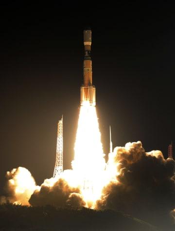 無人補給機「こうのとり」7号機を載せ、打ち上げられるH2Bロケット=23日午前2時52分、鹿児島県の種子島宇宙センター