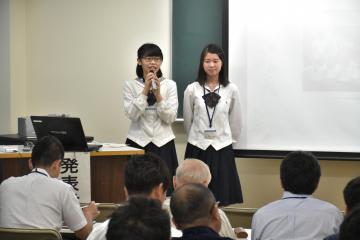 フューチャーセンターの取り組みを紹介する県立竜ケ崎二高の生徒たち=水戸市文京