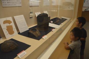 古墳時代の出土品に見入る子どもたち=徳島市国府町の市立考古資料館