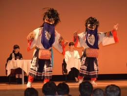 綾瀬さん、鈴木さんらを前に披露された会津彼岸獅子