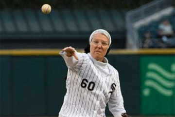 2度目の始球式を行ったシスター・メアリー・ジョーさん【写真:Getty Images】