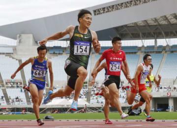 男子100メートル決勝 10秒01で3連覇を果たした山県亮太(手前)。右隣は2位の桐生祥秀=ヤンマースタジアム長居