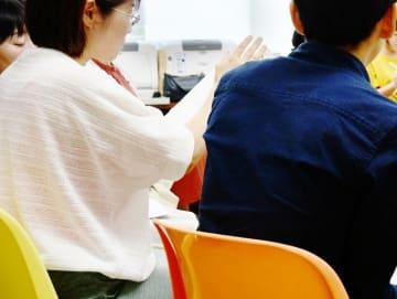 不登校の子どもの進路相談会で語り合う参加者=福井県福井市の福井大学文京キャンパス