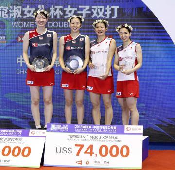 中国オープン女子ダブルスで優勝し笑顔を見せる高橋(右から2人目)、松友(右端)ペアと準優勝の永原(左から2人目)、松本(左端)ペア=常州(バドミントンフォト提供・共同)