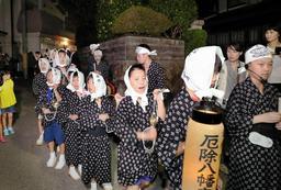 かねを打ち鳴らして練り歩く男児ら=神戸市須磨区多井畑