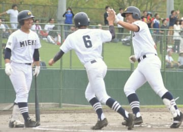 【海星―三重 一回裏、先制の2点本塁打を放って生還した三重3番土井(右端)=松阪球場で】
