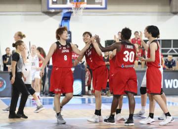 ベルギーに勝利し、タッチを交わす高田(8)ら日本代表=テネリフェ(共同)