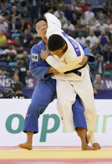 男子81キロ級決勝 サイード・モラエイ(右)の攻めをこらえる藤原崇太郎。一本負けを喫した=バクー(共同)