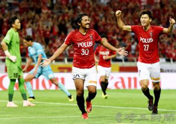 浦和―神戸 前半42分、浦和の興梠(30)がゴールを決め両手を広げて喜ぶ