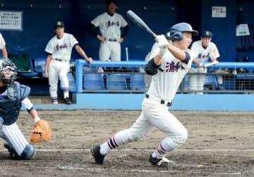 越谷東―浦和 5回裏浦和1死一、三塁、志田が右翼線へ2点勝ち越し三塁打を放つ。捕手土橋