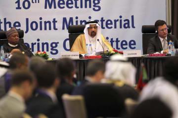 23日、アルジェリアの首都アルジェで開かれた産油国の会合で話すサウジアラビアのファリハ・エネルギー産業鉱物資源相(中央)(AP=共同)