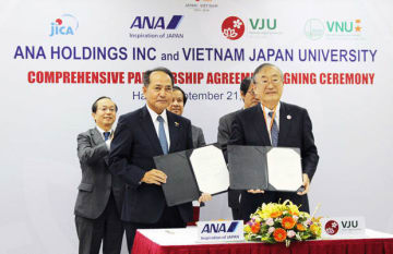 包括連携協定に調印した日越大学の古田学長(前列右)とANAホールディングスの芝田上席執行役員(同左)=21日、ハノイ