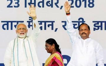 モディケア始動を宣言し、支持者に手を振るモディ首相(左)=23日、ジャルカンド州ランチー(PTI)