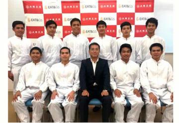イートアンドの仲田浩康社長(前列中央)とフィリピン人実習生(同社提供)