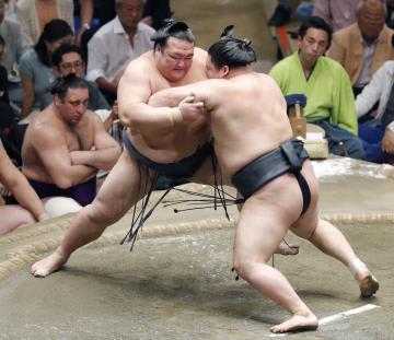 豪栄道(右)の攻めをこらえる稀勢の里。突き落としで敗れる=両国国技館