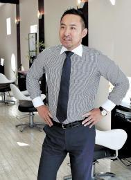 菅亮太(すげ・りょうた)1981年鶴岡市生まれ。鶴岡南高中退。市内の美容室で11年間修業した後、2008年に同市で美容室「Peace」を開業。他に鶴岡、酒田両市で移動美容室とヘアカラー専門店2店舗を経営する。13年に地元の起業家仲間2人と「あきんどなまか」を始めた。