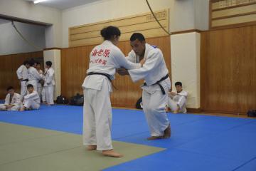 練習で高校生と組むナウル共和国のオビニ・ウエラ選手=龍ケ崎市