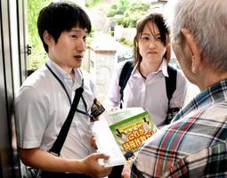 名簿に載っていた高齢者世帯を訪問して注意を呼び掛ける警察官=神戸市北区