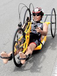 手こぎの自転車で競技をする選手=加西市戸田井町