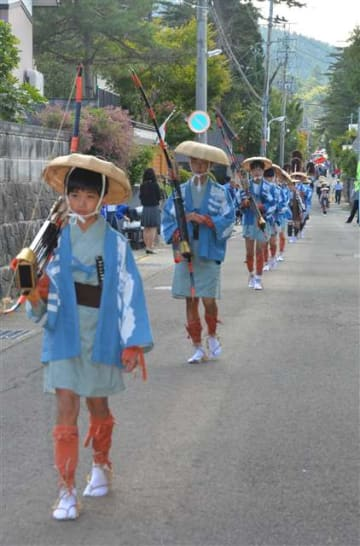 華やかな大名行列が湯沢市中心部を一巡した