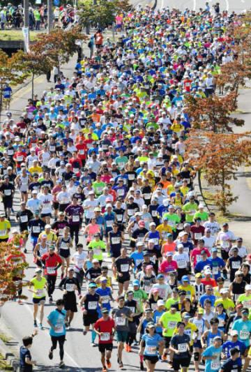 爽やかな秋晴れの下、ゴールを目指して走る選手たち=23日、一関市中里