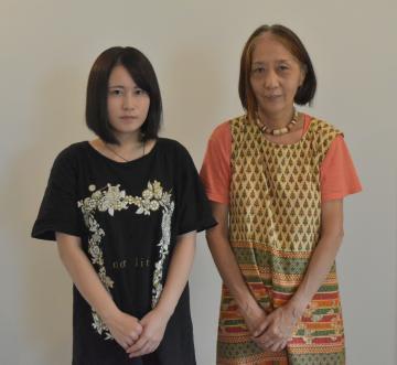 展覧会を開く須藤陽子さん(右)とコラージュ制作で協力した西山咲耶さん=笠間市下市毛