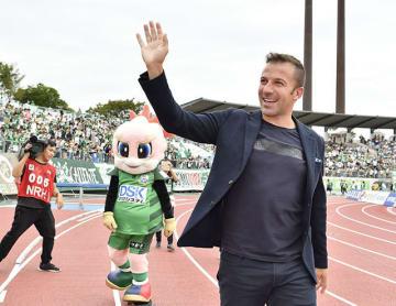 ハーフタイムには、サポーターの声援に笑顔で応じた=23日午後2時57分、岐阜市長良福光、長良川競技場