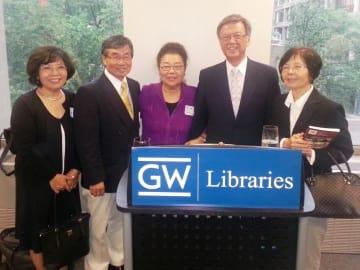 (左から)逸子(親川)アサトさん、稲嶺進さん、筆者、翁長雄志さん、英子(照屋)フィーエールさん=2015年6月、ジョージ・ワシントン大学のゲルマン図書館