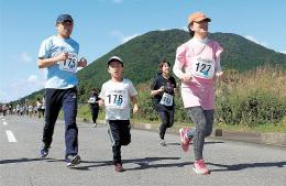 薬莱山の裾野を走る選手たち