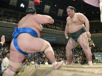 錦木(右)が寄り切りで琴奨菊を破る=両国国技館