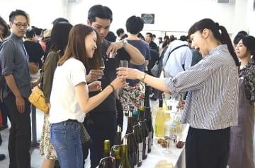 多くのワイン好きが来場した「ボン!ナチュール」=23日、八戸市のデーリー東北ホール