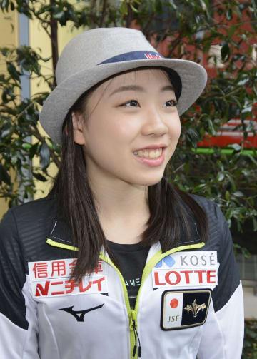 取材に応じるフィギュアスケート女子の紀平梨花=関西空港