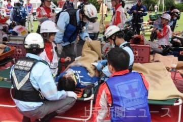 連携して救護訓練に臨む参加者