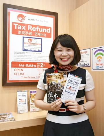 訪日外国人向けサービスカウンターで働く台湾出身の林浩安さん。外国からの観光客に接する最前線で、「熊本の魅力を伝えていきたい」と話す=熊本市中央区