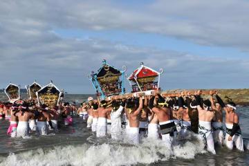 豪快に行われた「汐ふみ」。若衆が海に入り、神輿を差し上げる=23日、いすみ市