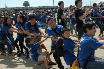 「動いた」。巨大なジェット機に勝利し、笑顔を見せる参加者=23日、成田空港