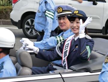 一日署長に任命され、オープンカーに乗ってパレードに参加する皆藤さん=23日、佐倉市