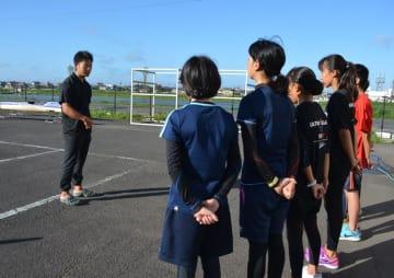 7月から小見川中学校カヌー部の顧問に就いた部活動指導員の浅井さん(左)。夏休み中も指導に当たった