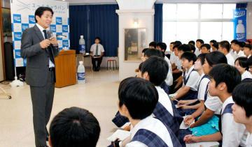 済美高生に高い目標へ向かって努力し続ける大切さを語った山本さん(左)