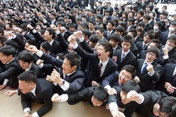 会社説明会の開始時期に、就職活動の成功に向けた決起イベントで気勢を上げる学生ら=大阪市中央区