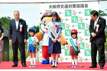交通ルールを守るよう呼び掛ける赤崎さん(中央)ら=23日、堺市西区の浜寺公園