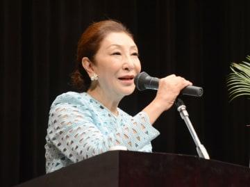 講演するエッセイストの安藤和津さん=神埼市千代田町のはんぎーホール