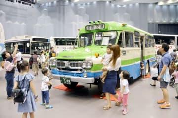 ボンネットバスの前で記念撮影する来場者=徳島市のアスティとくしま